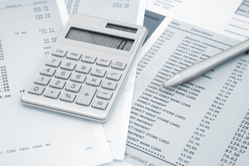 计算器和笔和信用卡声明 免版税图库摄影