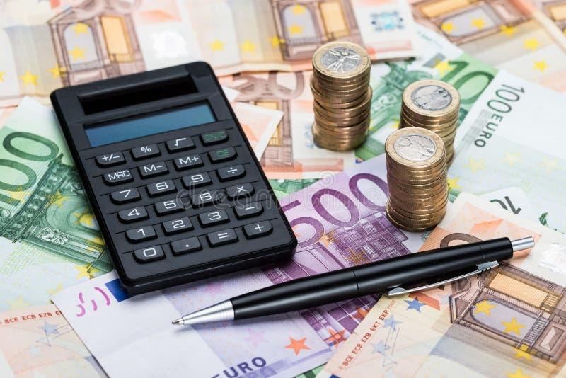 计算器和笔在欧洲货币 图库摄影