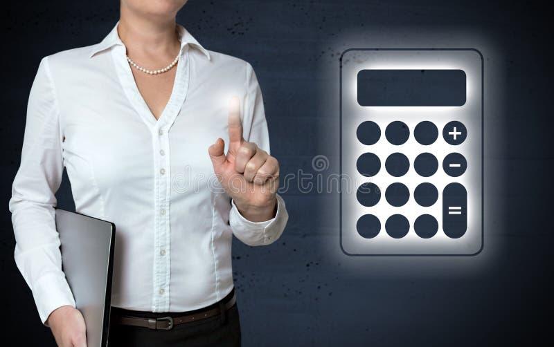 计算器触摸屏幕由女实业家显示 免版税图库摄影