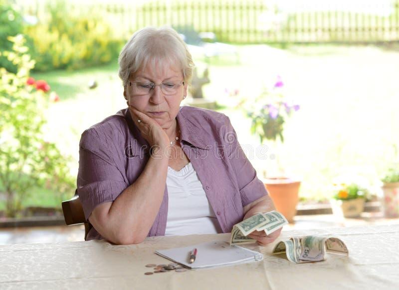 计算她的预算的女性前辈 库存照片