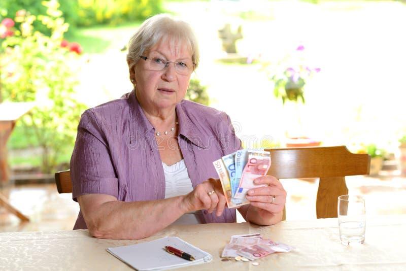 计算她的预算的女性前辈 免版税库存图片