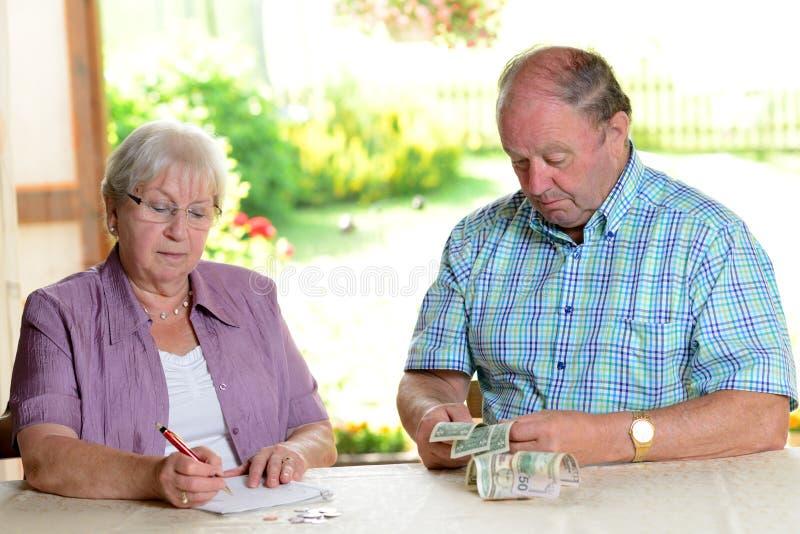 计算她的预算的更旧的夫妇 库存照片