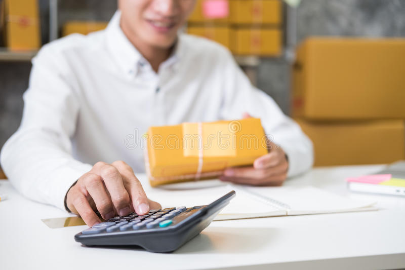 计算小包装的邮费的费用 库存照片