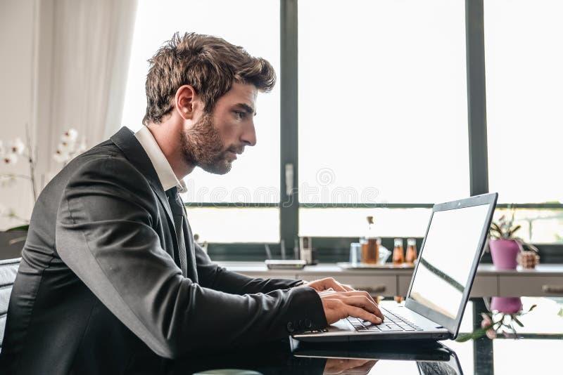 计算机书桌的商人 库存照片