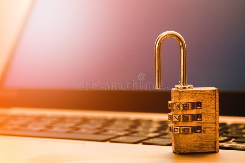 计算机信息保障和数据保护概念,在手提电脑键盘的挂锁 计算机安全保护从 免版税库存照片