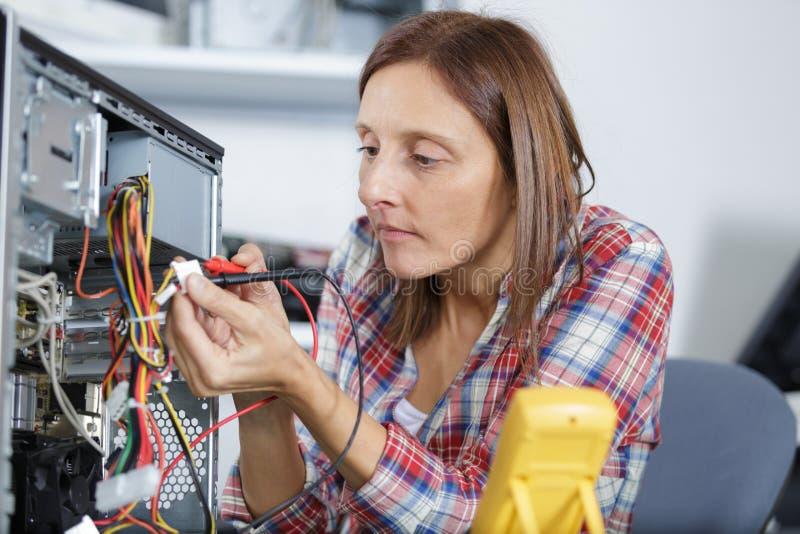 计算机修理电压测量 库存照片