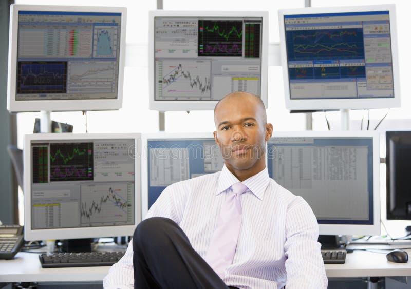 计算机前纵向股票交易商 库存照片