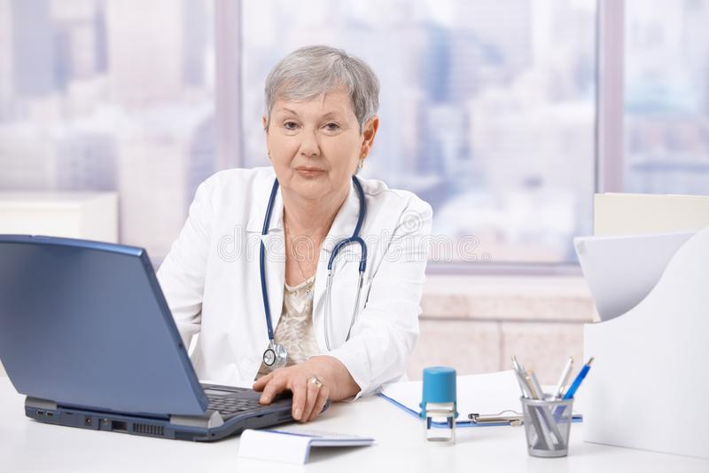 计算机医生膝上型计算机前辈使用 库存照片