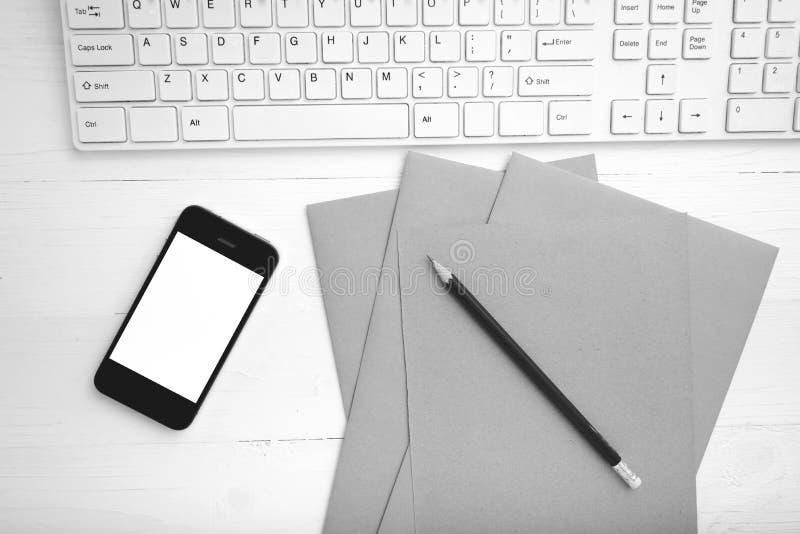 计算机和手机有包装纸的和铅笔黑色和whi 免版税图库摄影
