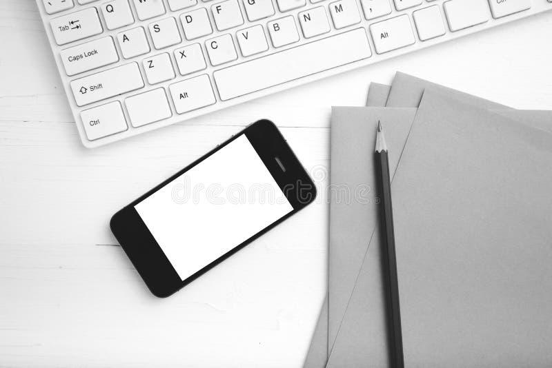 计算机和手机有包装纸的和铅笔黑色和whi 免版税库存图片