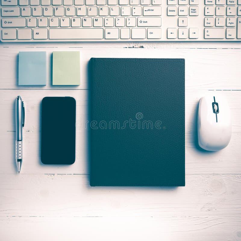 计算机和棕色笔记本有办公用品葡萄酒样式的 库存照片