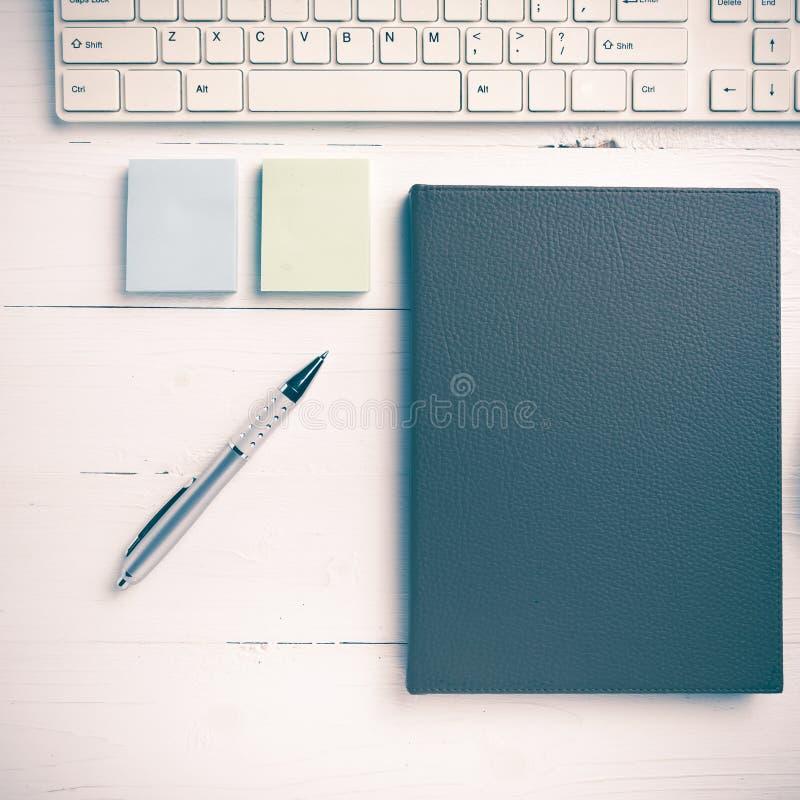 计算机和棕色笔记本有办公用品葡萄酒样式的 免版税库存图片
