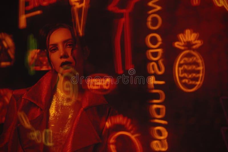 计算机国际庞克与穿红色骑自行车的人夹克的模型的样式射击对电视墙壁  免版税库存图片