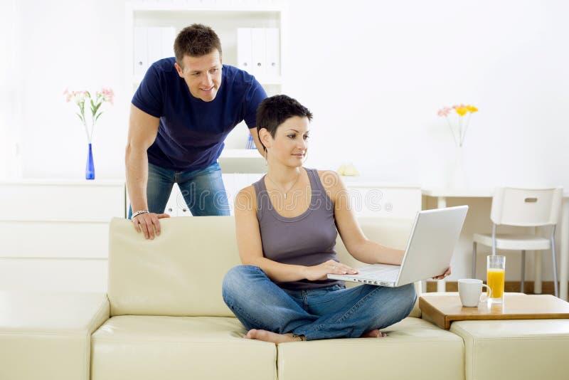 计算机夫妇年轻人 图库摄影