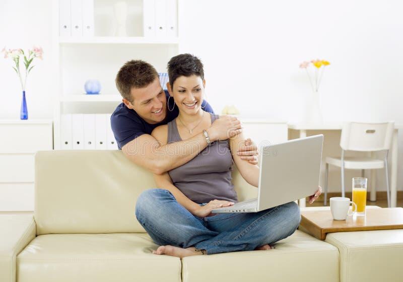 计算机夫妇年轻人 库存照片