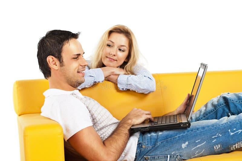计算机夫妇愉快的膝上型计算机年轻&# 免版税库存照片