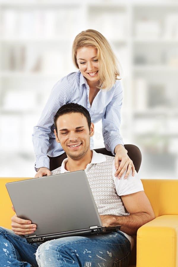 计算机夫妇愉快的膝上型计算机 免版税库存照片