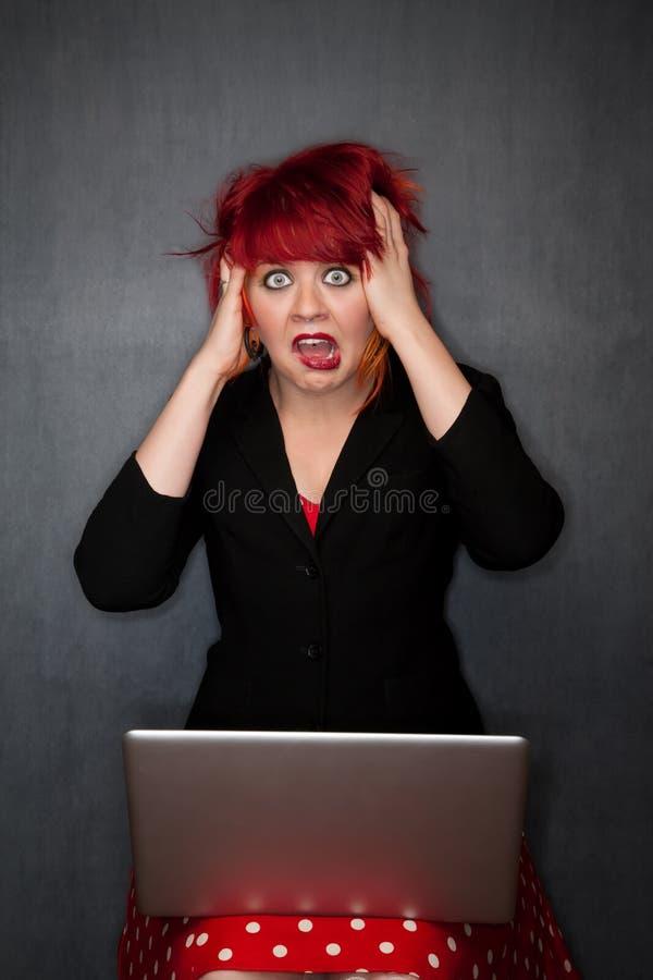 计算机女孩头发膝上型计算机punky红色 免版税库存图片