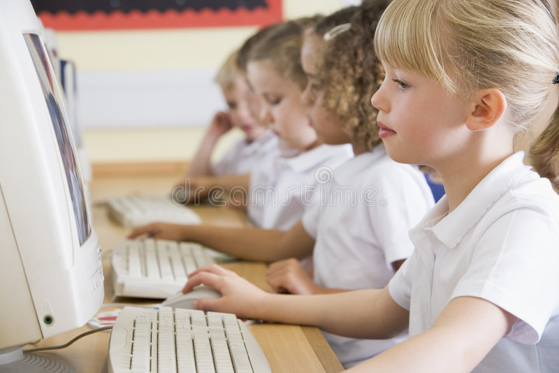 计算机女孩小学工作 库存照片