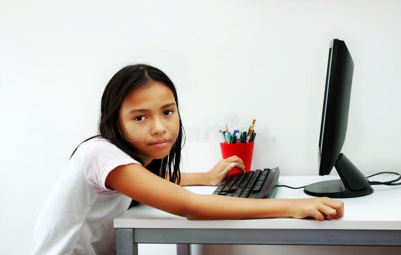 计算机女孩年轻人 免版税图库摄影