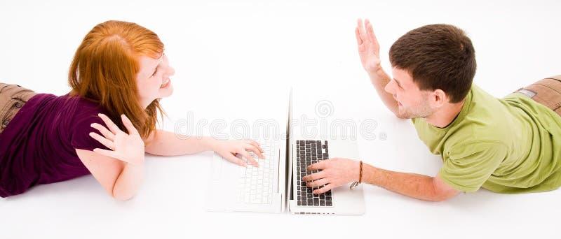 计算机女孩膝上型计算机人年轻人 免版税库存图片