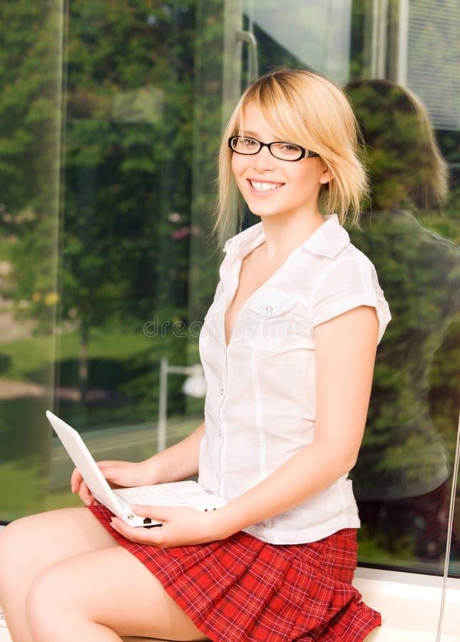 计算机女孩膝上型计算机办公室 图库摄影