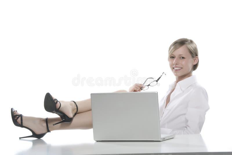 计算机女孩膝上型计算机年轻人 免版税库存图片