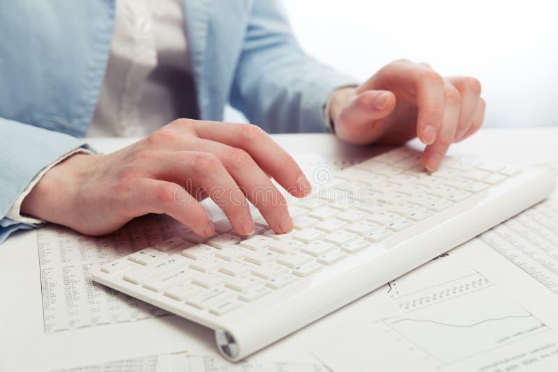 计算机女性递关键董事会键入 库存照片