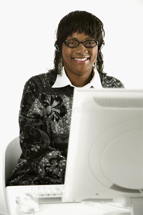 计算机女性键入 免版税库存照片