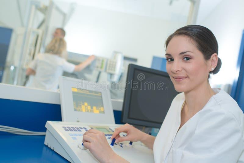 计算机控制X线断层扫描术或MRI扫描器测试分析 库存照片