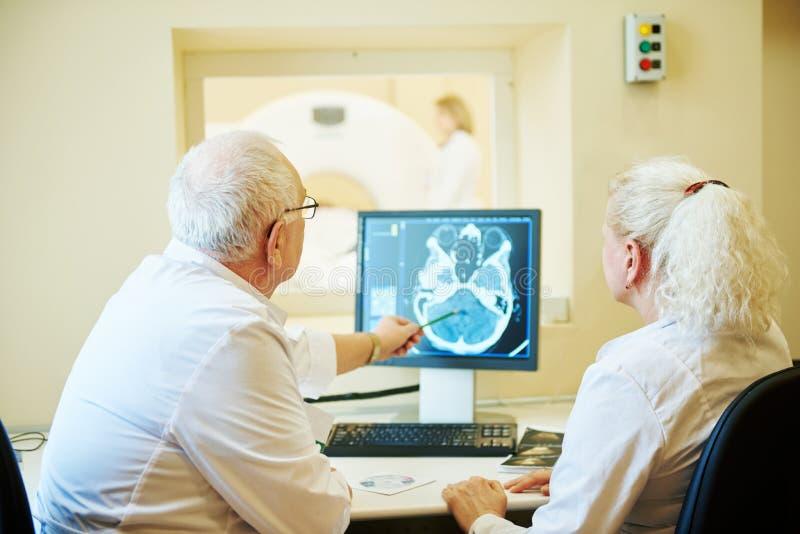 计算机控制X线断层扫描术或MRI扫描器测试分析 免版税库存照片