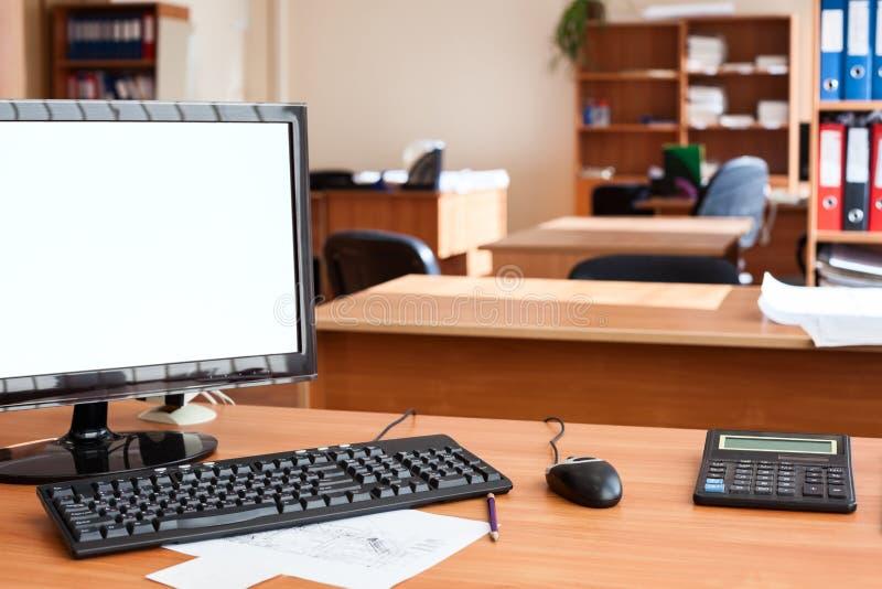 计算机显示器保险开关lcd屏幕在空的办公室室,区域 免版税库存图片