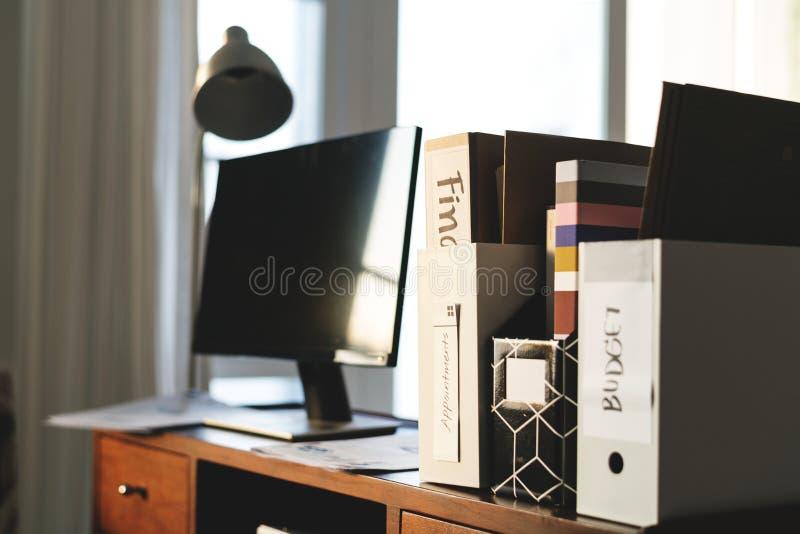 计算机显示器和书在木桌上 库存图片