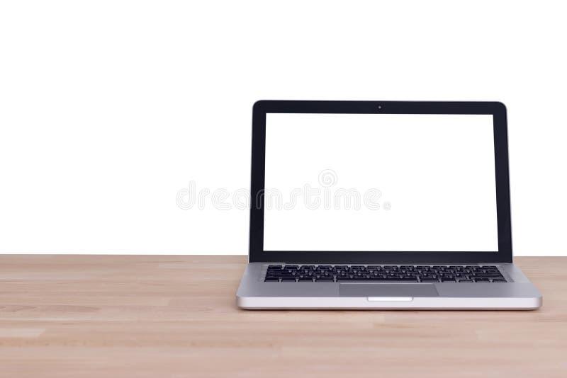 计算机有空白的白色屏幕显示器的笔记本膝上型计算机在木头 库存图片