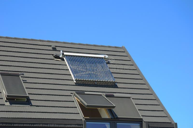 计算机概念效率能源被生成的图象 太阳水嵌入式供暖器,天窗,屋顶窗口特写镜头  免版税库存照片