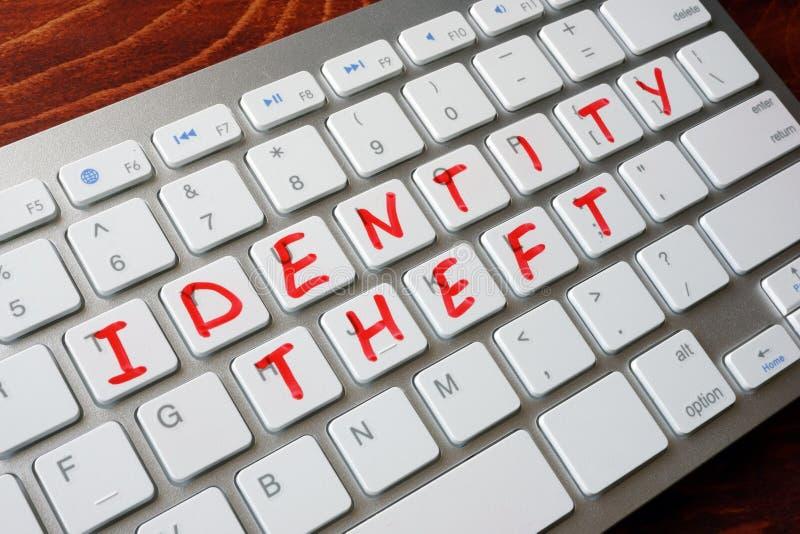 计算机概念数据身分膝上型计算机晚上证券鬼祟窃取的偷窃窃贼 图库摄影
