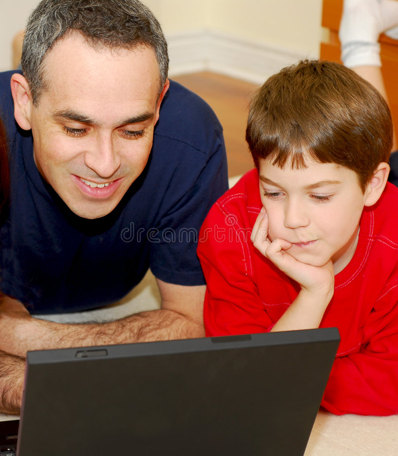 计算机父亲儿子 免版税图库摄影