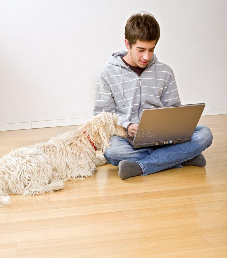 计算机狗膝上型计算机少年 库存照片