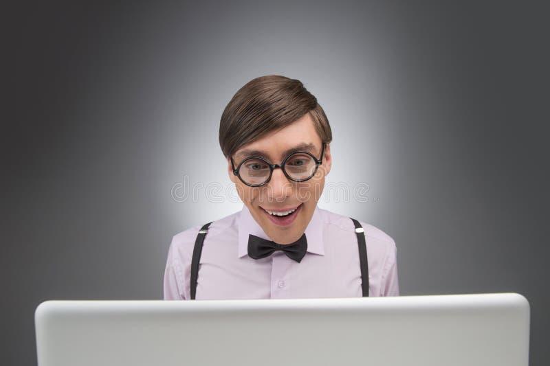 计算机的书呆子。工作在计算机whi的年轻书呆子人 库存图片