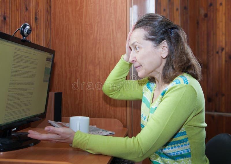 计算机的害怕年长妇女 库存照片