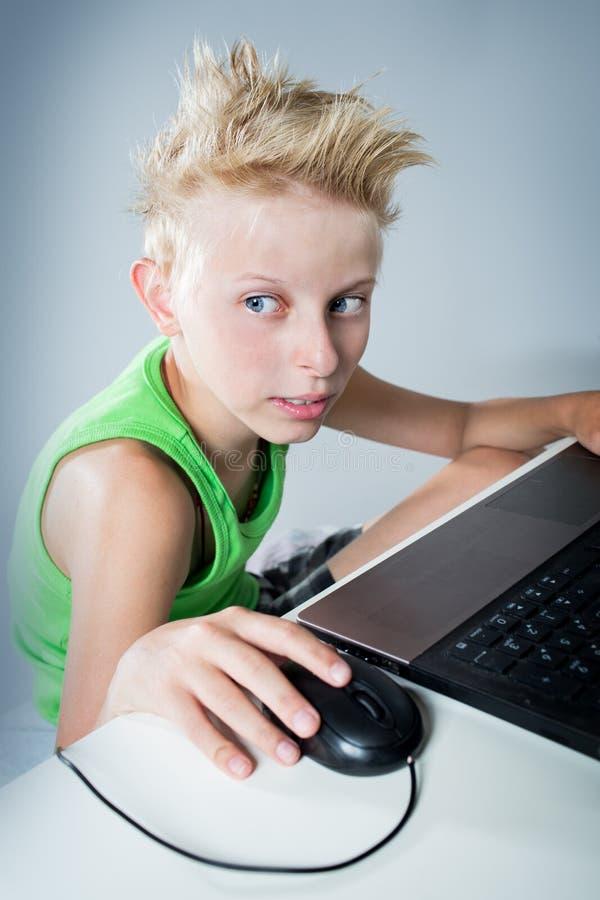 计算机的少年 免版税图库摄影
