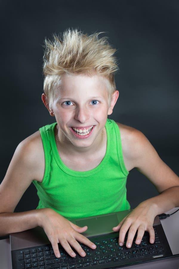 计算机的少年 免版税库存照片
