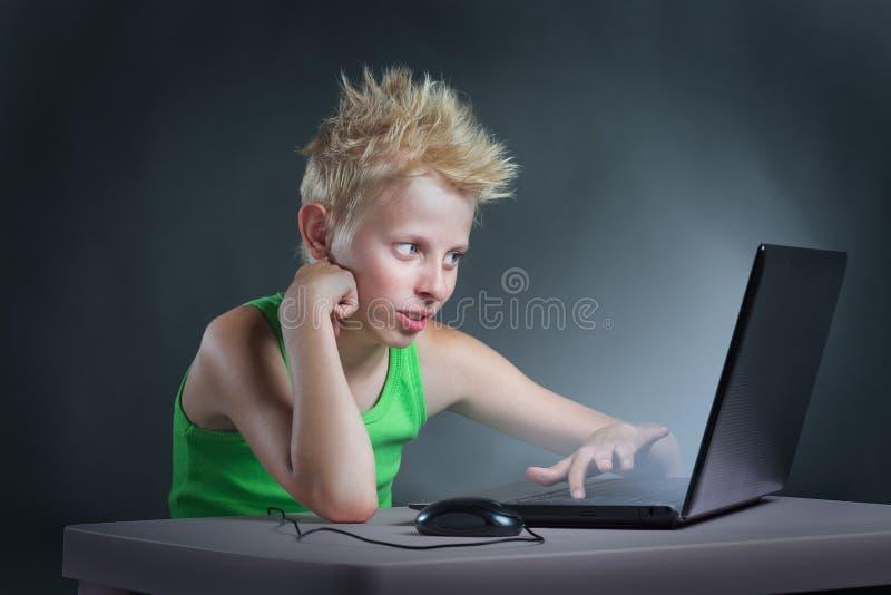 计算机的少年 库存照片