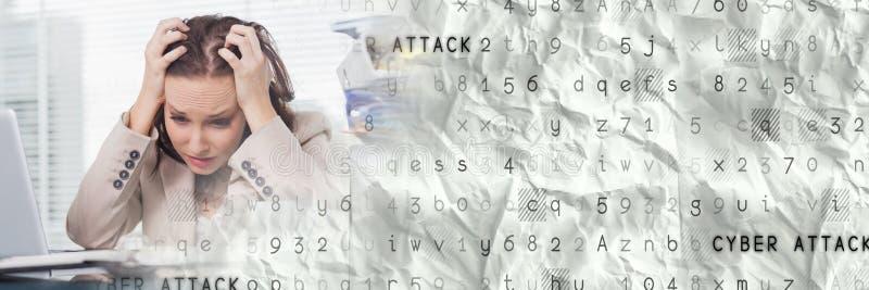 计算机的沮丧的女商人有灰色聪明的技术转折的 免版税库存照片