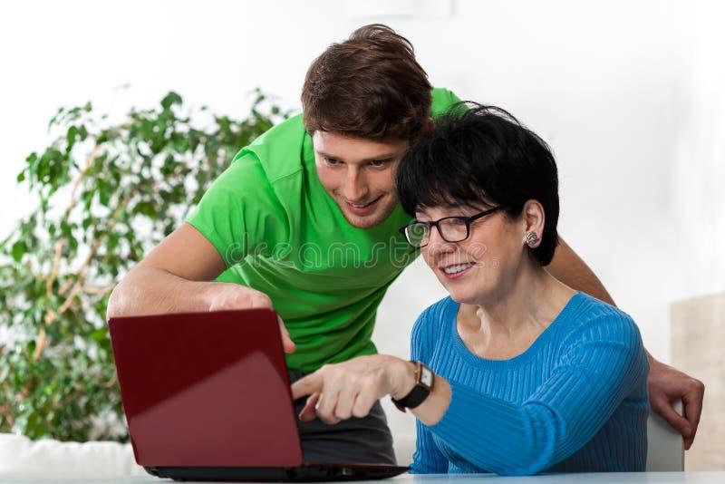 计算机科学男孩教的妇女 图库摄影