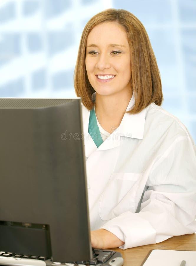 计算机篡改她的妇女工作 库存图片