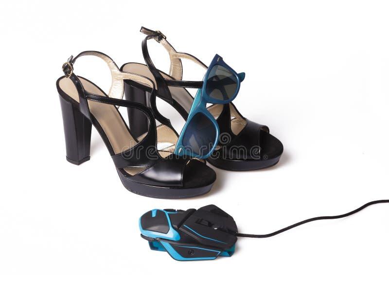 计算机老鼠、在白色的Shoes夫人和太阳镜 免版税图库摄影