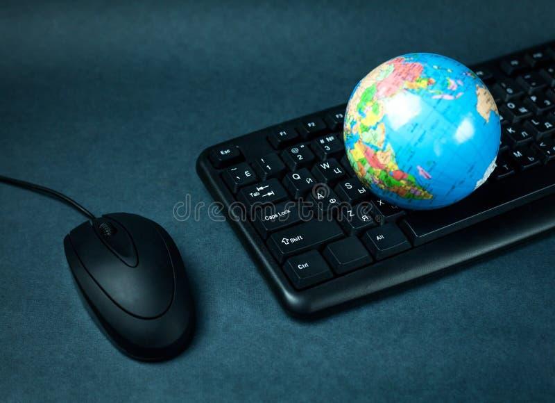 计算机老鼠键盘和地球 免版税库存照片