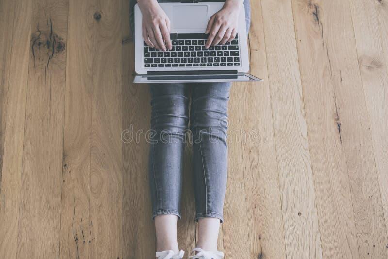 计算机膝上型计算机妇女运作的年轻人 免版税库存图片