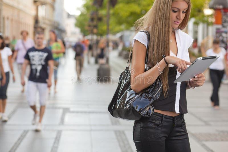 计算机街道片剂妇女年轻人 图库摄影